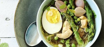 Bouillon asiatique aux asperges, poulet et oeufs