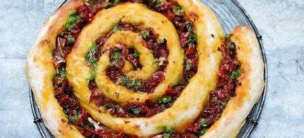 Pizza tourbillon pesto, jambon de Parme et tomates confites