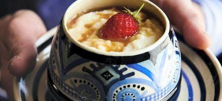Riz au lait au caramel au beurre salé et fraises