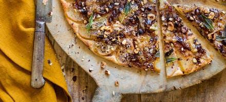 Tarte fine aux poires gorgonzola-noisettes
