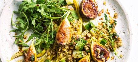 Salade grillée aux figues, blé, sauce aux graines et noix