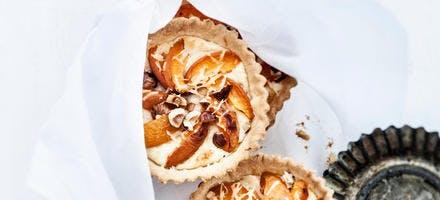 Tartelettes aux abricots, pecorino et noisettes