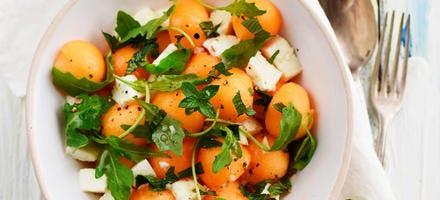 Salade de melon, mozzarella, menthe et roquette
