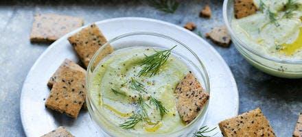 Soupe froide avocat-concombre et petits crackers noisette