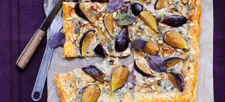 Tarte fine aux figues et roquefort, pignons de pin