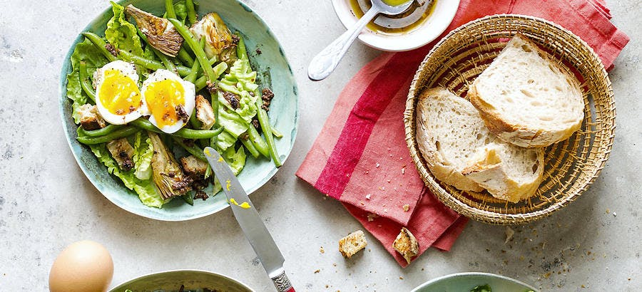 Salade toute verte, oeufs mollets, vinaigrette à la tapenade