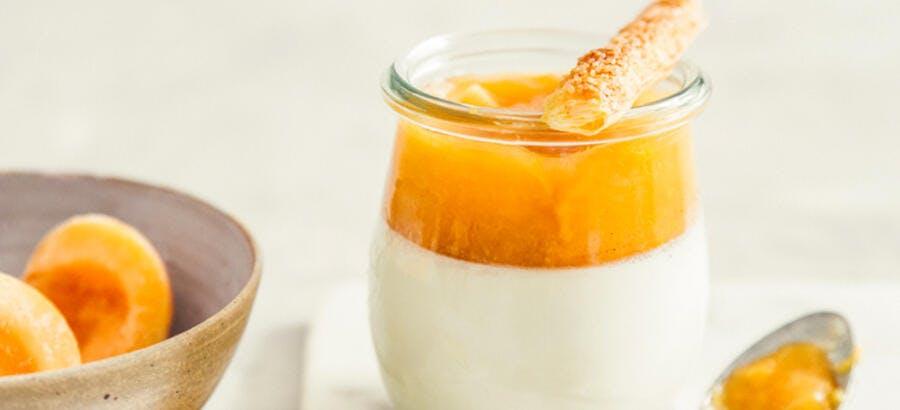 Pannacotta à la fleur d'oranger, compotée d'abricots au romarin
