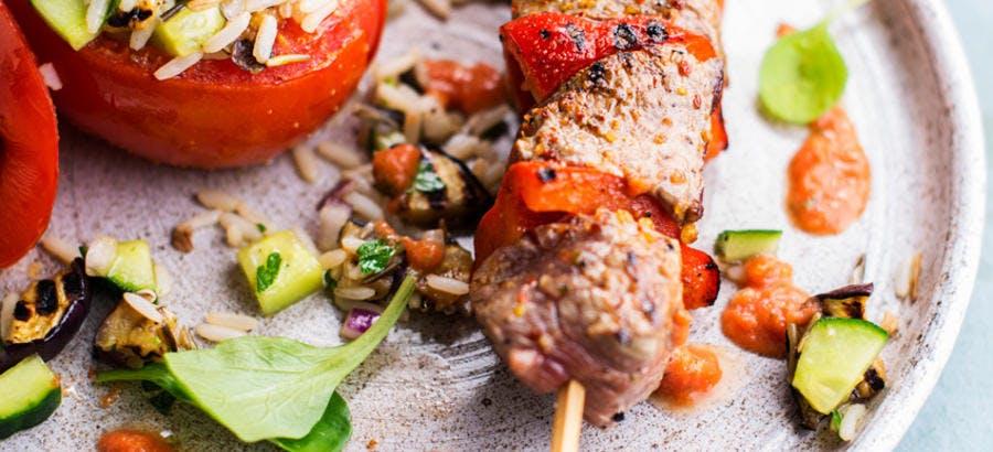 Brochette de boeuf au saté, tomate farcie au riz et aux légumes