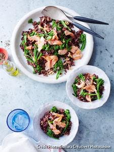 Salade de riz noir, saumon et brocolis