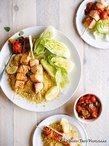 Brochettes de saumon, semoule et compotée poivron-tomate