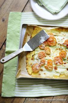 Pizza de polenta aux courgettes et aux tomates cerises