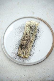 Phoque au beurre fumé, sarrasin, menthe et hémérocalles