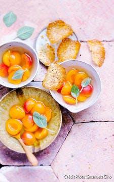 Nage glacée aux abricots et sauge, tuiles croquantes