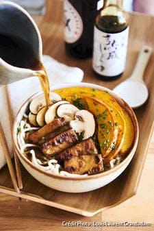 Nouilles ramen au bouillon miso express, tofu et potimarron