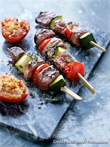 Brochettes de boeuf aux légumes et tomates à la provençale