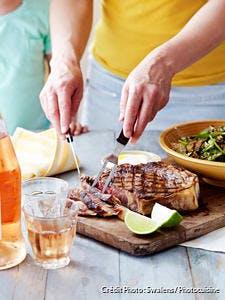 Côte de boeuf grillée, salade de semoule, courgettes grillées et épinards