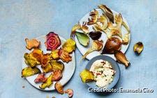 Chips de betterave et d'artichaut, mayonnaise épicée