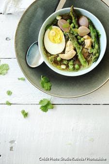 Bouillon asiatique aux asperges, poulet et oeuf