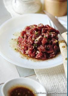 "Tartare de boeuf et vinaigrette ""black chicorée"""