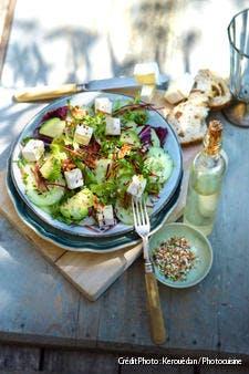 Salade de concombre, avocat, betterave, chèvre et noix