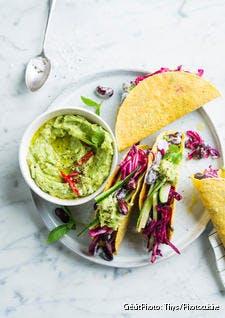 Tacos au guacamole, concombre, haricots rouges et chou