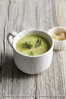 Soupe de petits pois au wasabi et graines de sésame
