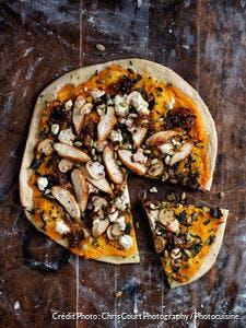 Pizza poulet, courge, champignons, chou kale et fromage de chèvre
