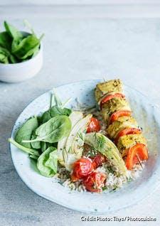 Brochette de poisson épicé au riz, aux tomates cerises, fenouil et épinards
