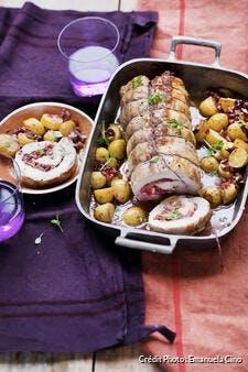 Rôti de porc farci aux prunes et petites pommes de terre au four