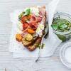 Bruschetta au pesto de basilic et pistaches, tomates et burrata