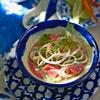 Chauffez 2 c. à soupe d'huile dans une cocotte. Faites-y revenir les oignons égouttés, 10 min sur feu doux. Versez la marinade. Poursuivez la cuisson 5 min Ajoutez les morceaux de poulet grillés. Couvrez. Laissez cuire 25 min. Servez chaud, accompagné de riz créole