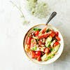 Salade de pastèque, tomates cerises, avocat et fruits secs